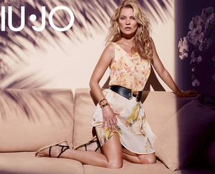 Laid back ensembles with a modern twist are the focus of the new Liu Jo spring/summer 2014 ads featuring Kate Moss. Have a look!