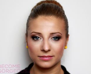Learn how to copy this romantic makeup look for your blue eyes and blonde hair!