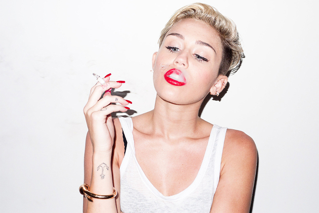 Miley Cryus Smoking Cigarettes