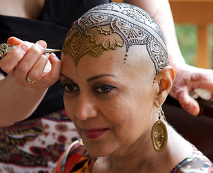 Henna Heals is an organization that aims to empower women suffering from hair loss through a unique form of art: henna crowns. Find out more about the amazing initiative.