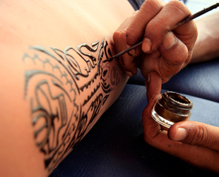 While semi-permanent tattoos are more myth than reality, the right type of temporary tattoos allows you to experiment with body art without any commitments.