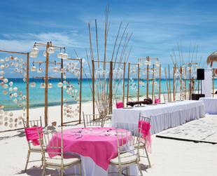 If you're thinking of a destination wedding and you love the beach, discover the best reasons why a beach wedding can be the right fit for you and your fiance.