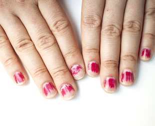 Looking out for the health of your nails is very important, especially if you like to keep them long and beautiful. Find out which bad habits hurt them the most.